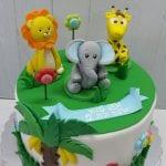 עוגה עם חיות מעל בצק סוכר