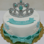 עוגה מבצק סוכר בתוספת כתר