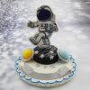 טופר קישוט לעוגה עם סוכריה בדמות של איש חלל מבצק סוכר אכיל